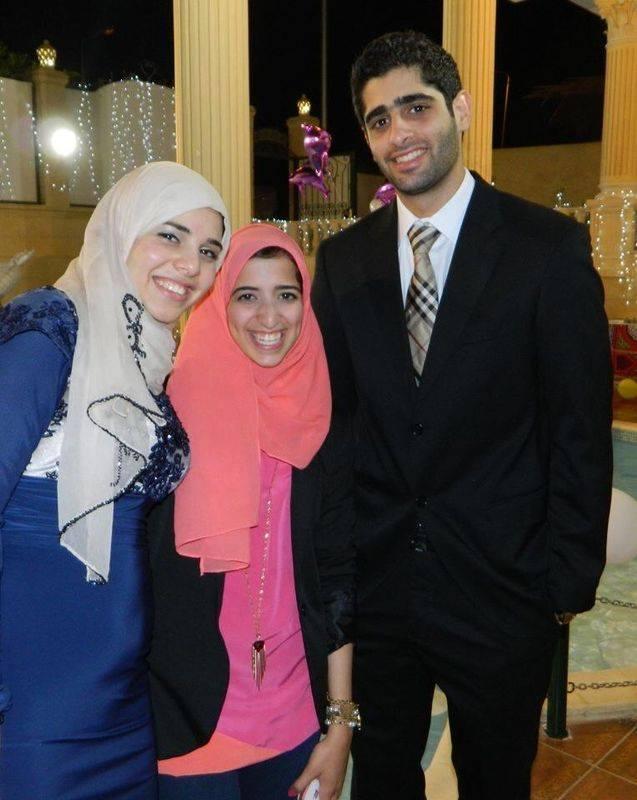 آية عبد الفتاح السيسي على اليسار