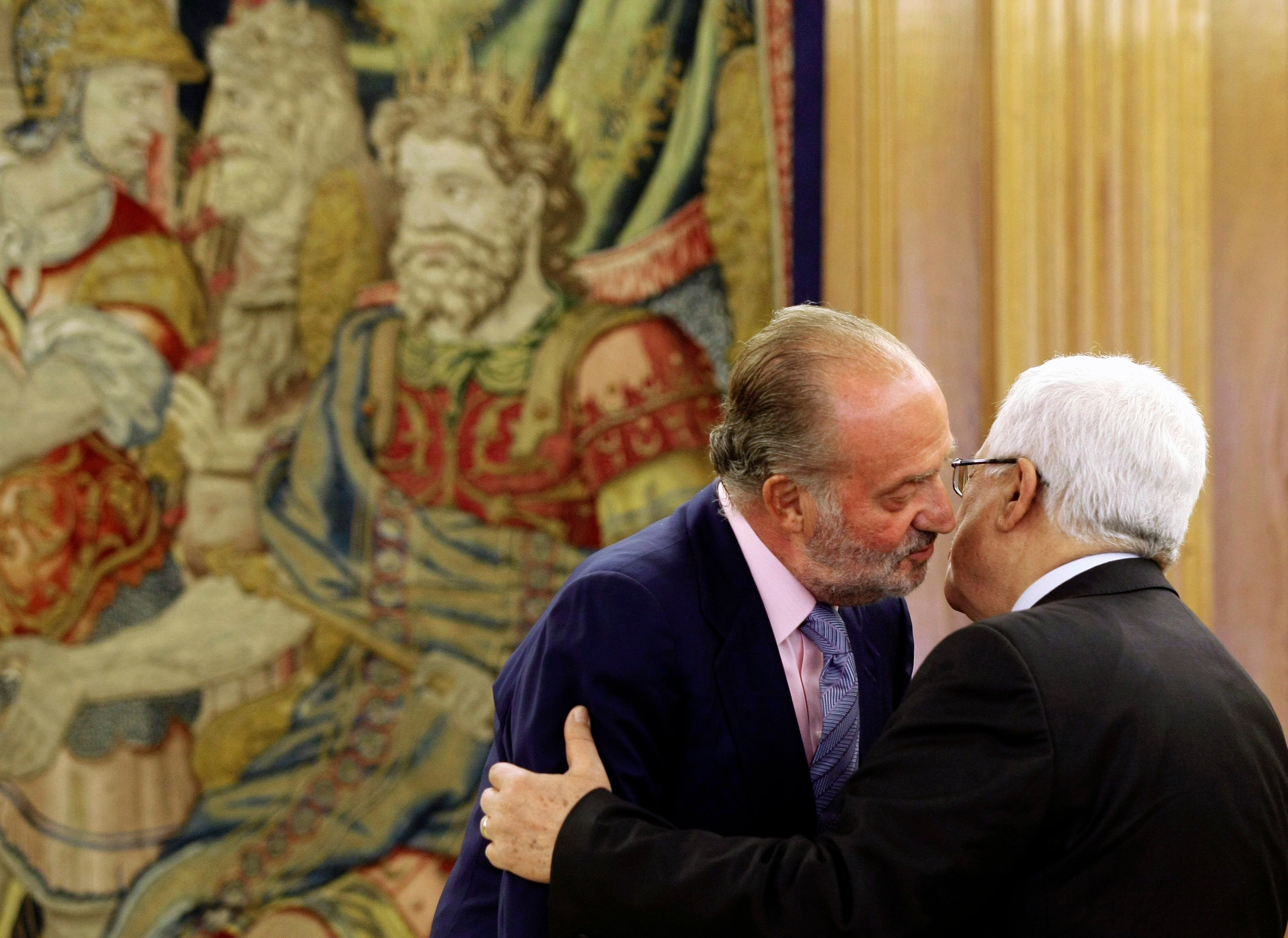 Spain's King Juan Carlos (L) welcomes Palestinian President Mahmoud Abbas at Zarzuela Palace in Madrid September 2, 2009. (Reuters)