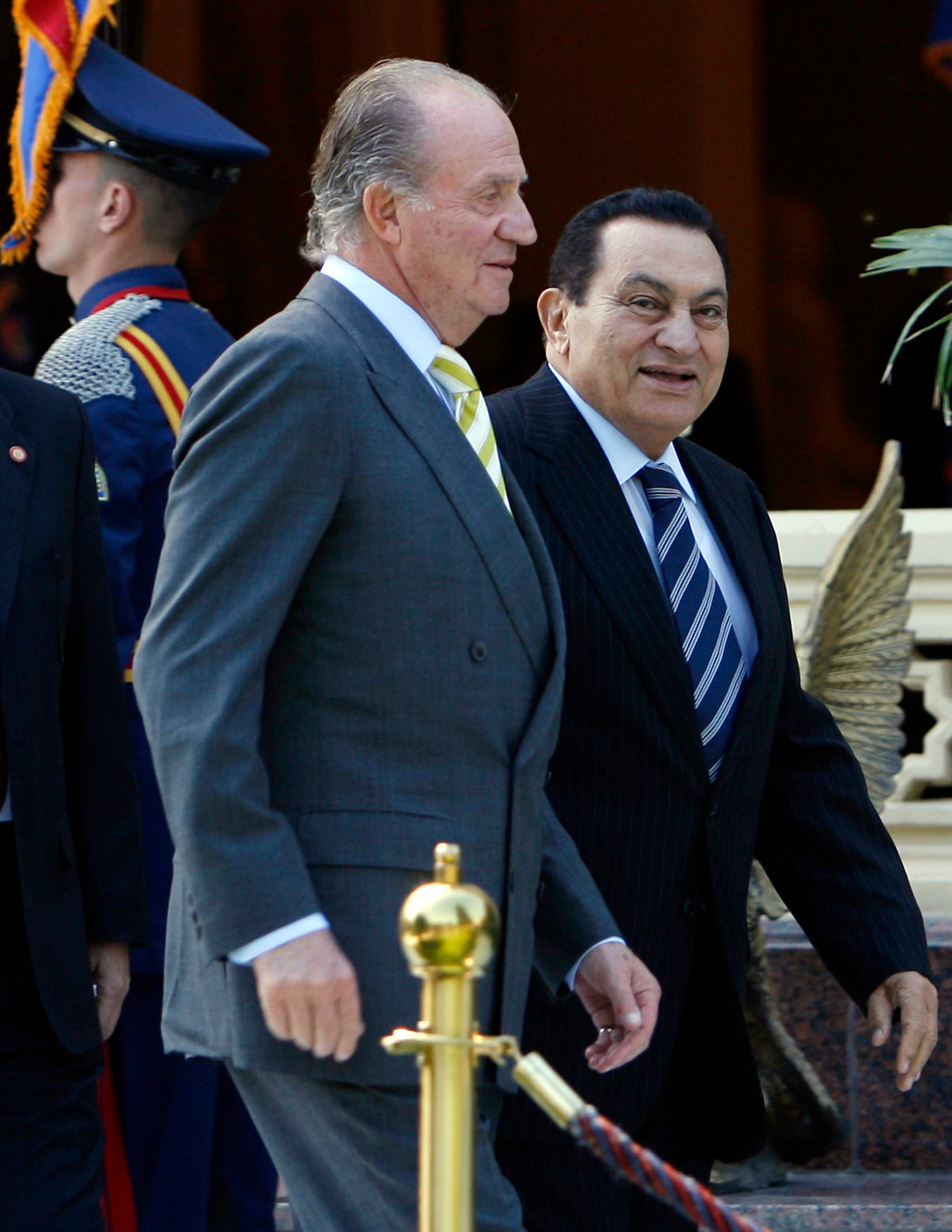 Egyptian President Hosni Mubarak (R) welcomes Spain's King Juan Carlos during an honour guard ceremony at the Presidential Palace in Cairo, February 5, 2008. (Reuters)