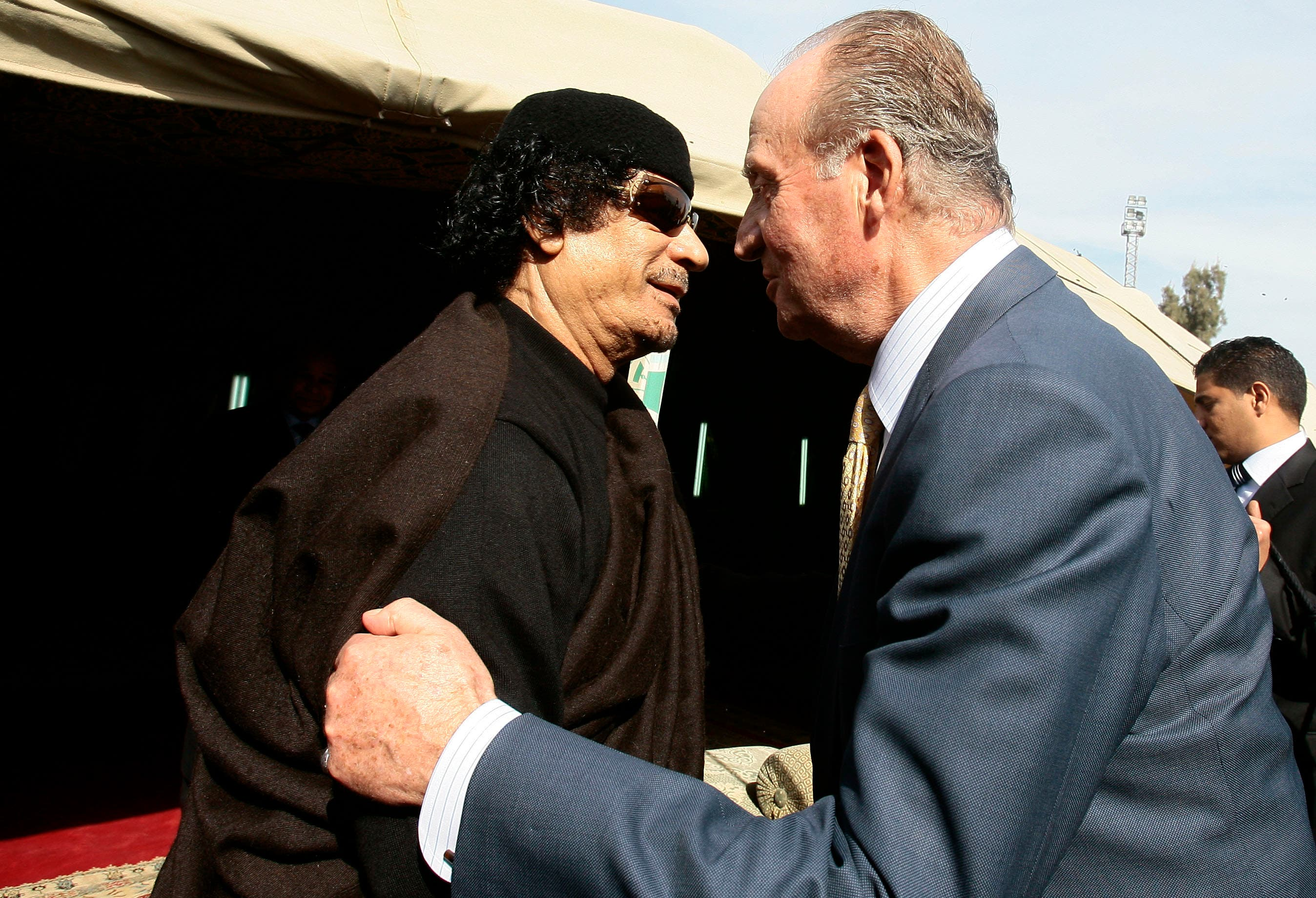 Libya's leader Muammar Gaddafi (L) welcomes Spain's King Juan Carlos at his tent in Tripoli January 24, 2009. (Reuters)