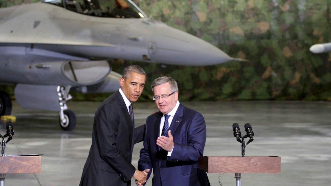 Poland's President Bronislaw Komorowski (R) welcomes U.S. President Barack Obama at a military airport near Warsaw June 3, 2014. reuters