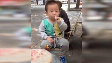 فيديو يهز الصين.. طفل يدخن سيجارة والناس يضحكون