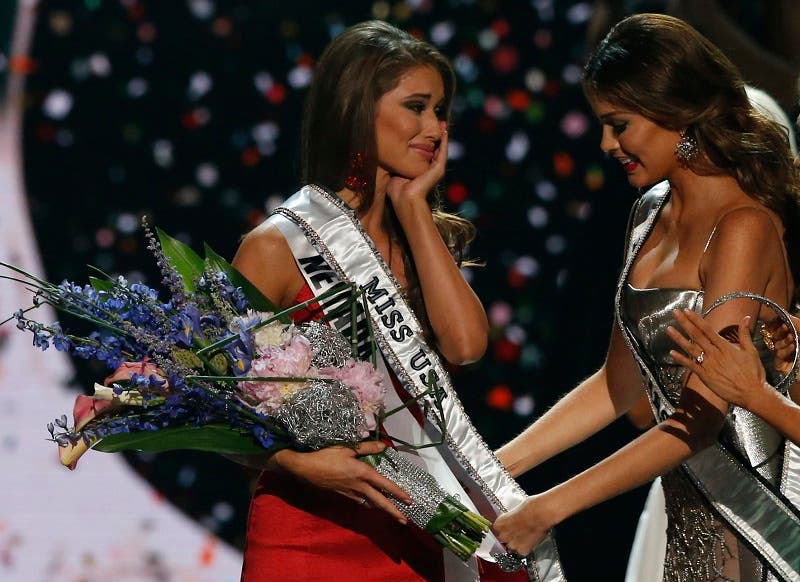 Miss Universe 2013 Gabriela Isler (R) places the sash over Miss Nevada Nia Sanchez after she won the 2014 Miss USA beauty pageant in Baton Rouge, Louisiana June 8, 2014. (Reuters)