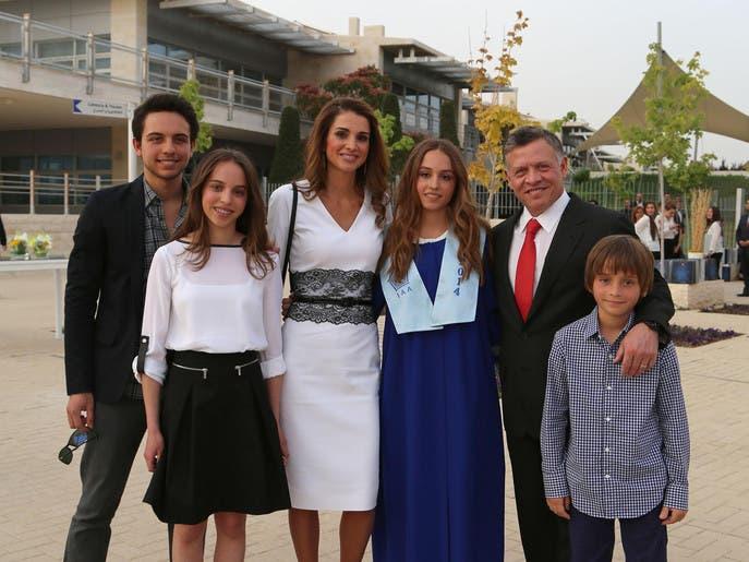 6708bf9d 456e 4ef1 a9e8 759d08476900 4x3 690x515 - العاهل الأردني والملكة رانيا يحضران حفل تخرج ابنتهما