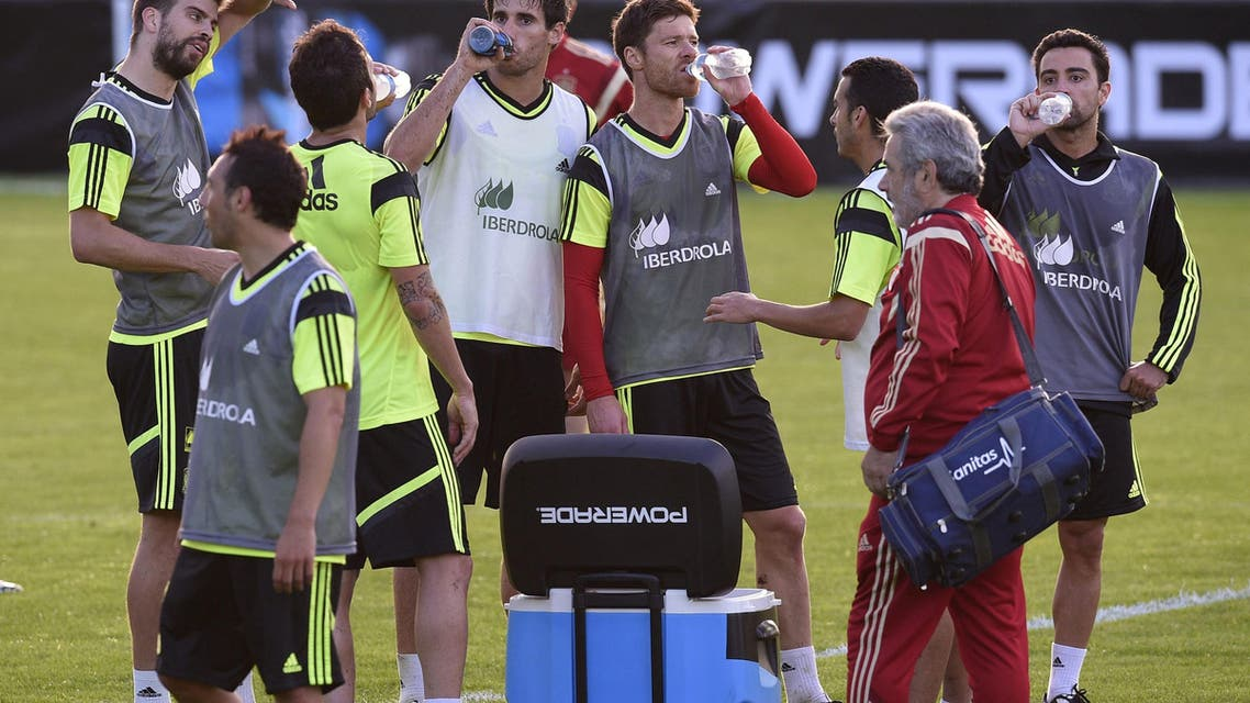 Spain's national football team players drink water during a training session on June 9, 2014, at CT do Caju in Curitiba prior to the start of the 2014 FIFA World Cup tournament in Brazil. AFP