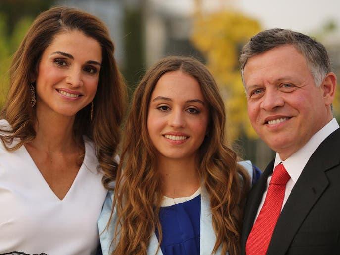 b722f7b7 197b 47b5 b476 15ba543927f3 4x3 690x515 - العاهل الأردني والملكة رانيا يحضران حفل تخرج ابنتهما