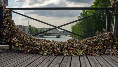 """انهيار جزء من جسر """"أقفال الحب"""" في باريس"""