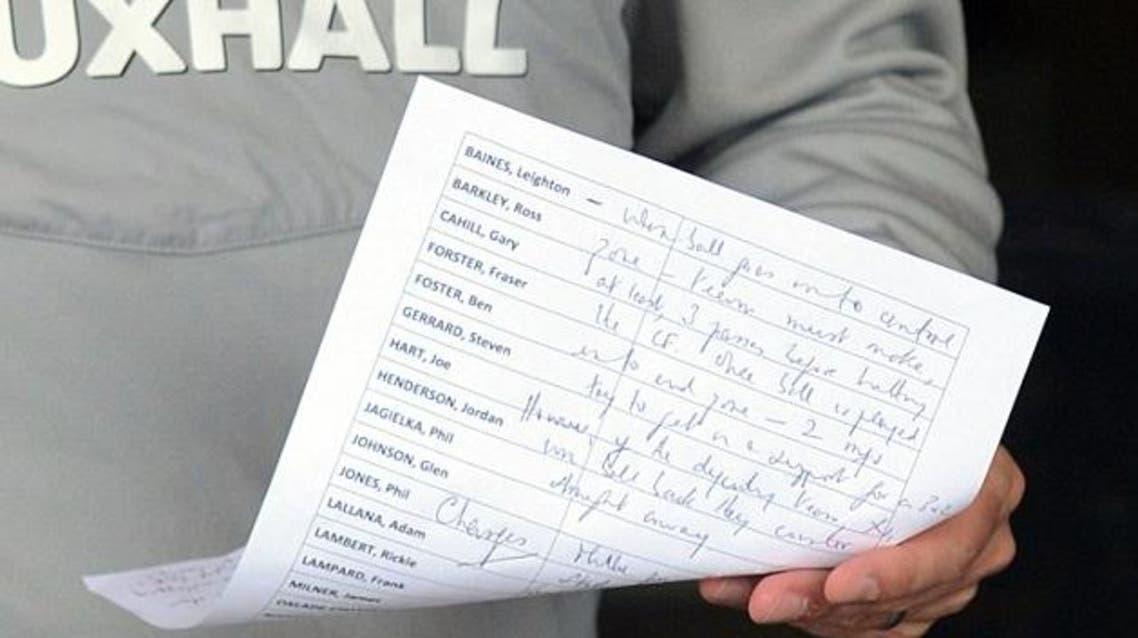 غاري نيفيل يكشف بالخطاء لعدسات المصورين قائمة المنتخب الإنكليزي لمباراة إيطاليا