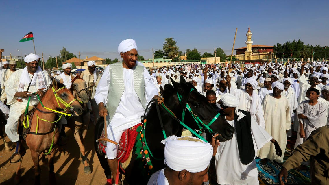 Opposition leader of Umma Party and former PM Sadiq al-Mahdi waves as he arrives for Eid al-Adha prayers in Omdurman, on October 15, 2013. (Reuters)