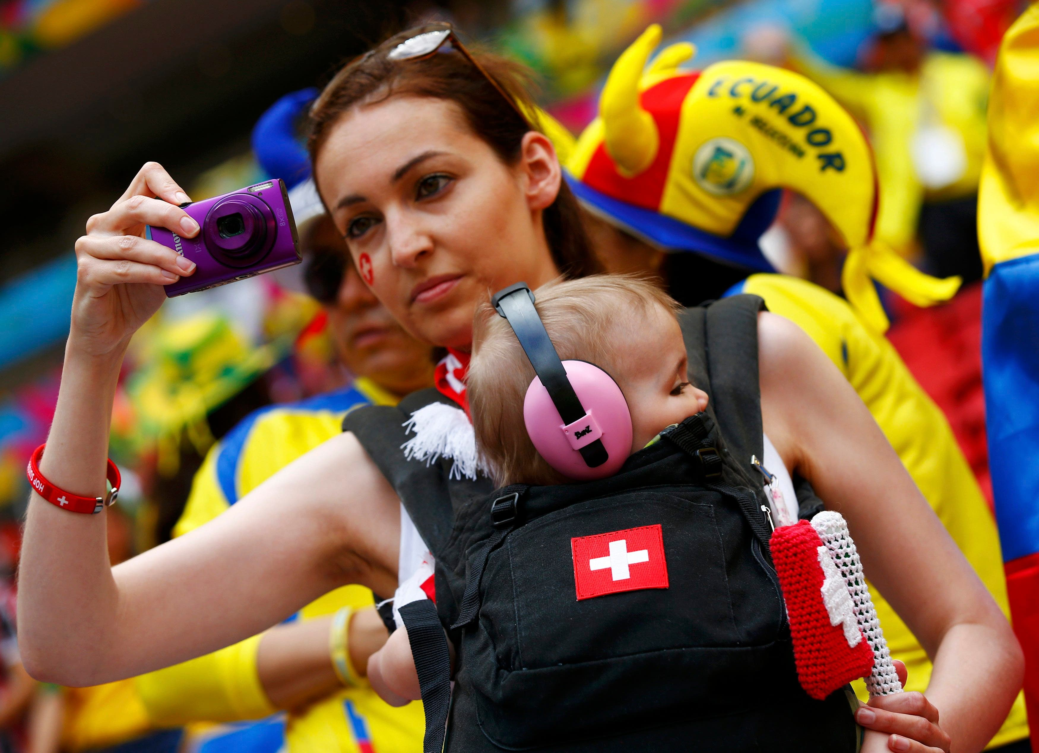 سويسرا بنسائها وأطفالهنّ خلف المنتخب