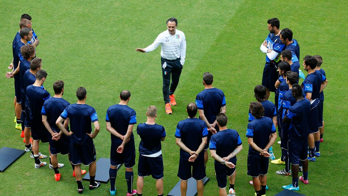 Italy's national soccer coach Cesare Prandelli instructs his team during a training session at the Arena Pernambuco in Recife June 19, 2014. (Reuters)