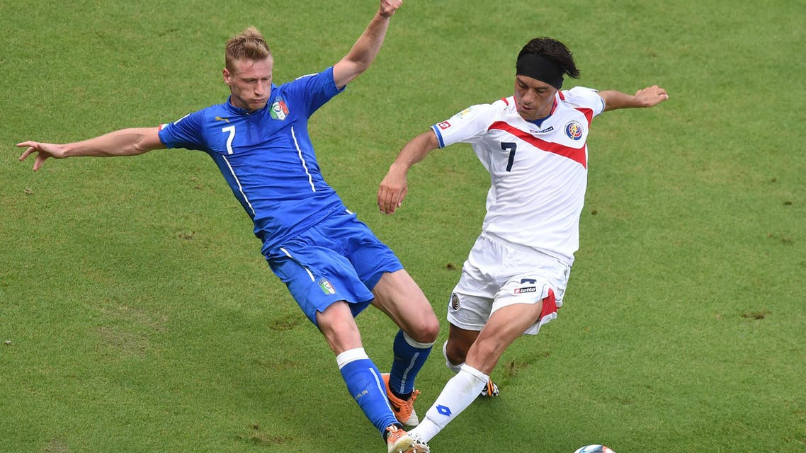Italy's defender Ignazio Abate (L) challenges Costa Rica's midfielder Cristian Bolanos during a Group D match between Italy and Costa Rica at the Pernambuco Arena in Recife during the 2014 FIFA World Cup on June 20, 2014. (AFP)