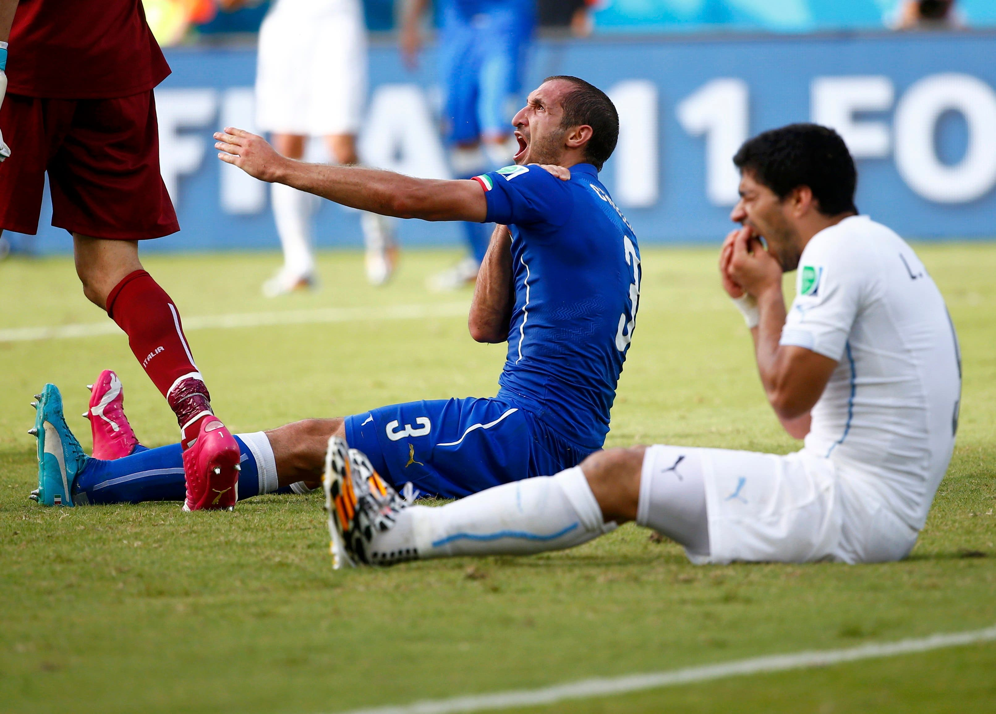 Uruguay's Luis Suarez (R) reacts after clashing with Italy's Giorgio Chiellini during their 2014 World Cup Group D soccer match at the Dunas arena in Natal June 24, 2014. reuters