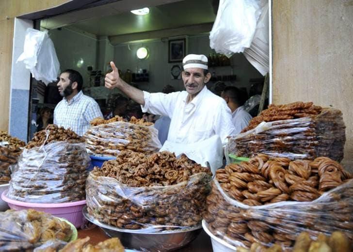 حلوى الشباكية التي يحبها المغاربة في مائدة الأفطار في رمضان في المغرب