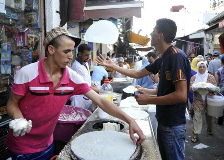 باعة يظهرون مهارتهم في صناعة ورقة الملفوف في المغرب