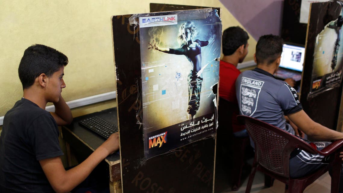 Iraqi Shi'ite youths use computers at an internet cafe in Sadr City in Baghdad May 3, 2014. (Reuters)