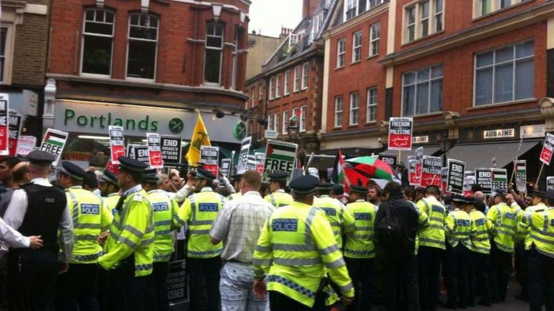 تظاهر امام السفارة الاسرائيلية