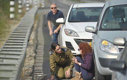 اسرائيليون يحتمون من صواريخ اطلقت من غزة