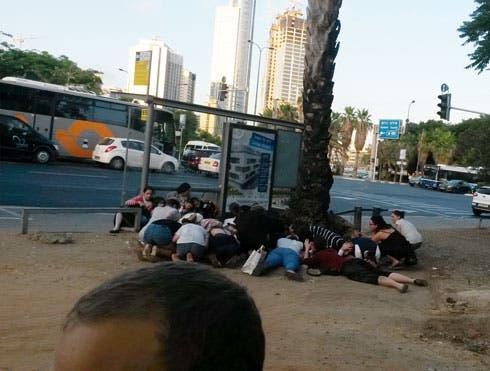 مستوطنون اسرائيليون في القدس يحتمون من صواريخ اطلقت من غزة