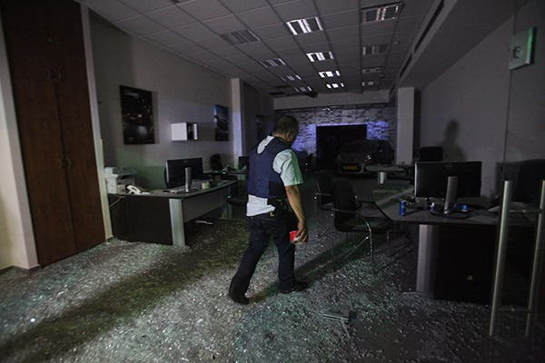 اسرائيلي يتفقد آثار سقوط صاروخ اطلق من غزة على مستوطنة