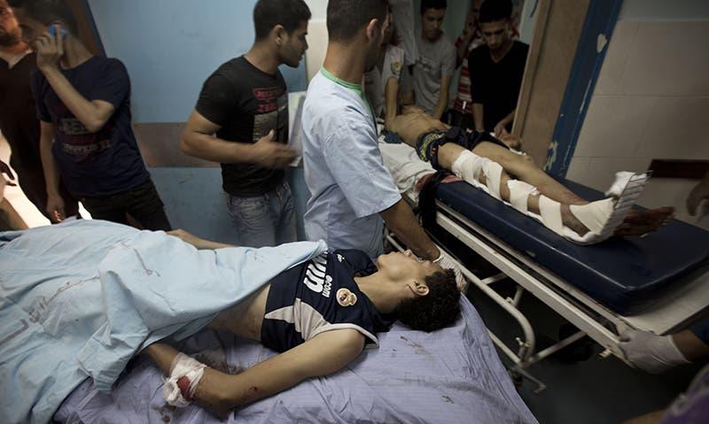 نقل مصابين الغارات الاسرائيلية الى مشافي غزة