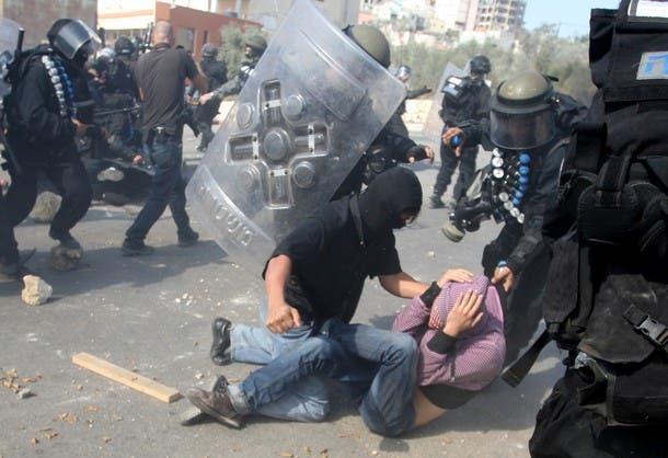 اعتقال فلسطينيين على يد مستعربين من الجيش الاسرائيلي في القدس