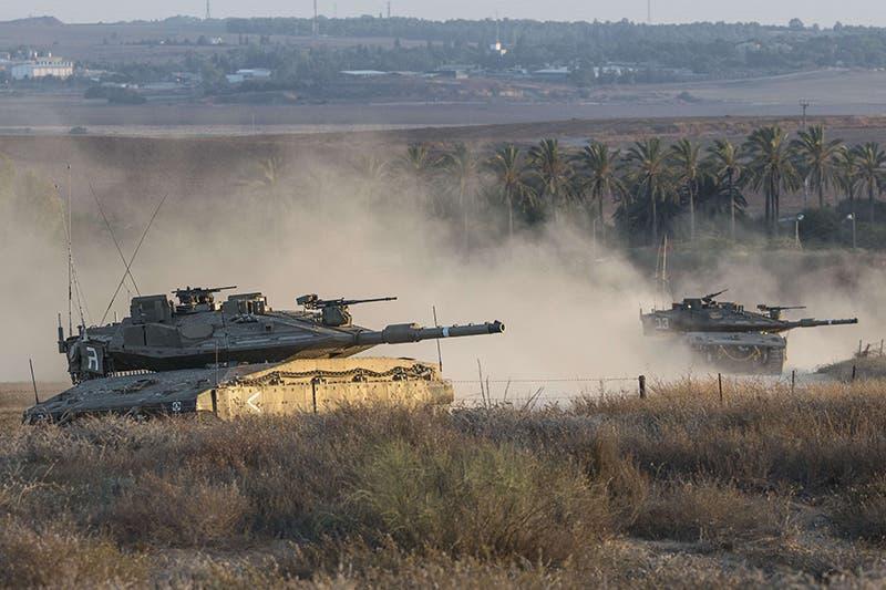 دبابات اسرائيلية تحيط بقطاع غزة