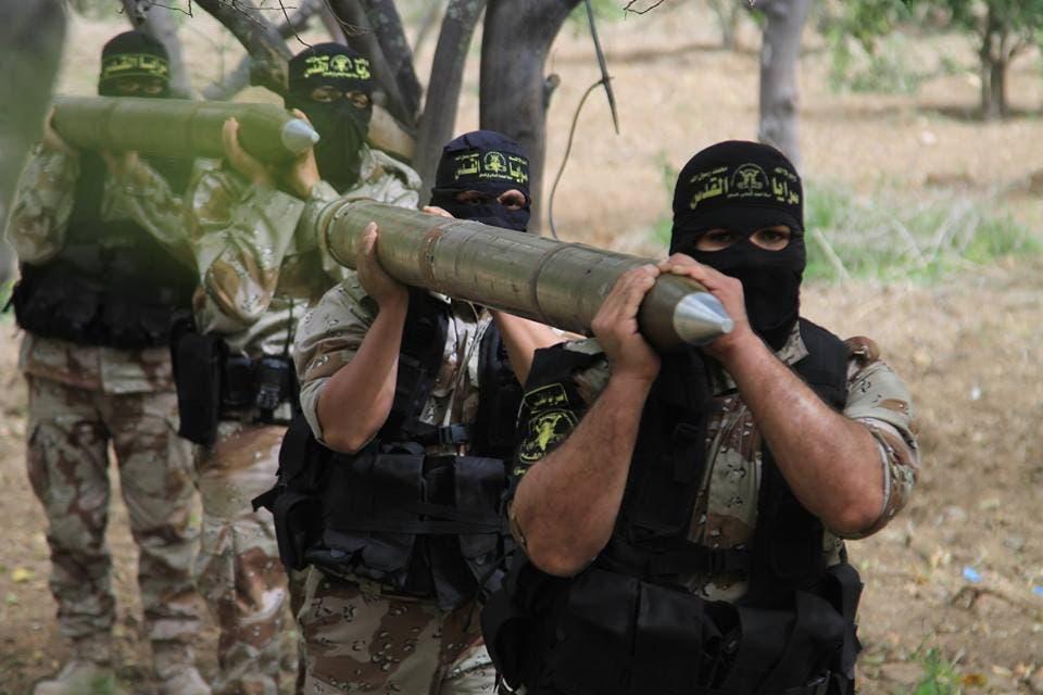 عناصر من سرايا القدس التابعة لحركة الجهاد الاسلامي يحملون صواريخ لاطلاقها من غزة