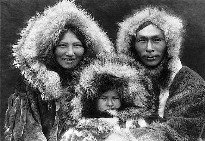شعب الاسكيمو، بعيونهم المستطيلة يشبهون الصينيين