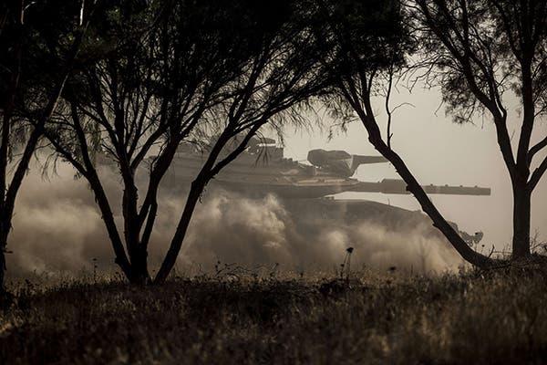 دبابات الجيش الاسرائيلي تتمركز منذ ايام في موقع خارج حدود غزة