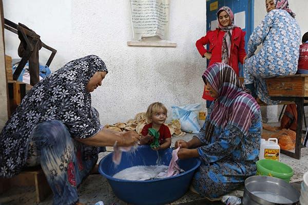 مجموعة من النازحين في غزة الى احدى المدارس