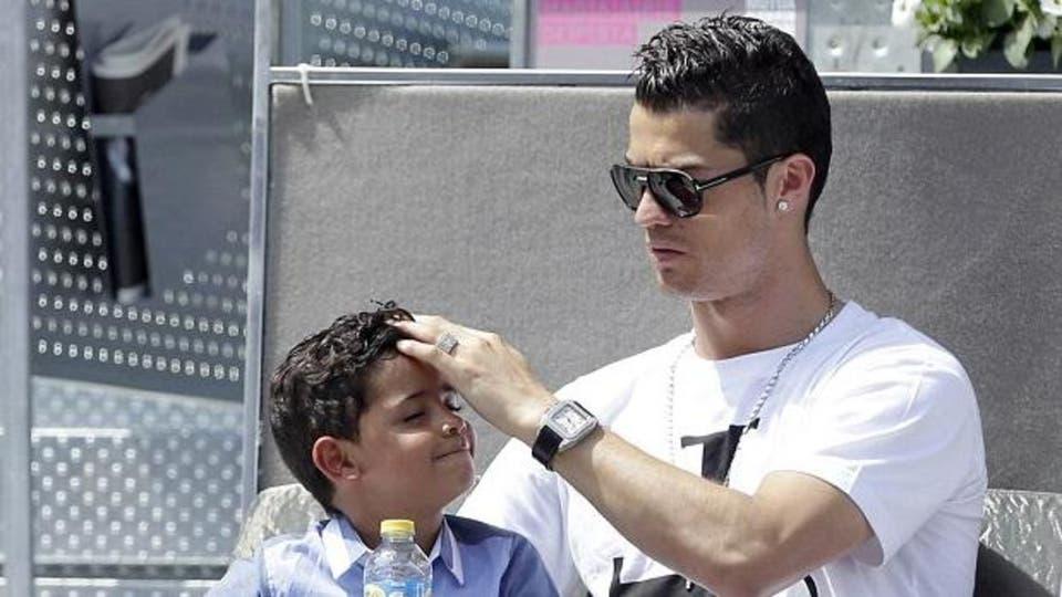 ابن كريستيانو رونالدو يتساءل أين أمي