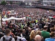 خيول الشرطة السويدية تدوس متظاهرين متناحرين