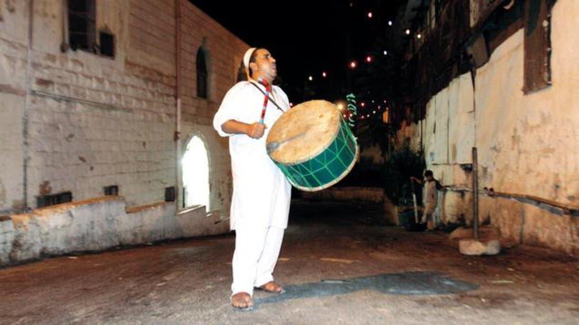 """المغاربة يودعون """"المسحراتي"""" بصدقة عيد الفطر"""