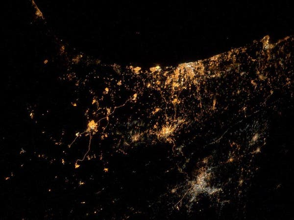تغريدة مصورة من الفضاء تظهر نيران القصف على غزة