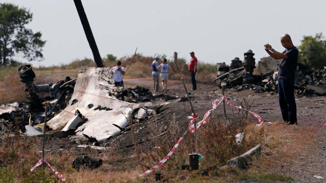 فريق التحقيق يعمل بجانب حطام الطائرة