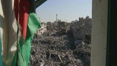 عائلات فلسطينية تتفقد ركام منازلها بعد قصفها في غزة