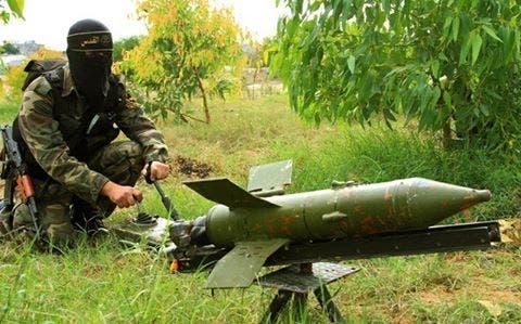 مقاتل فلسطيني يستعمل صاروخ مضاد للدروع في غزة مقاتلون فلسطينيون في غزة