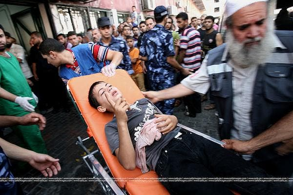 نقل مصاب فلسطيني في القصف على غزة