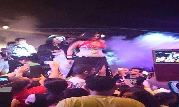الراقصة صافيناز ترتدي بدلة الرقص المثيرة للجدل
