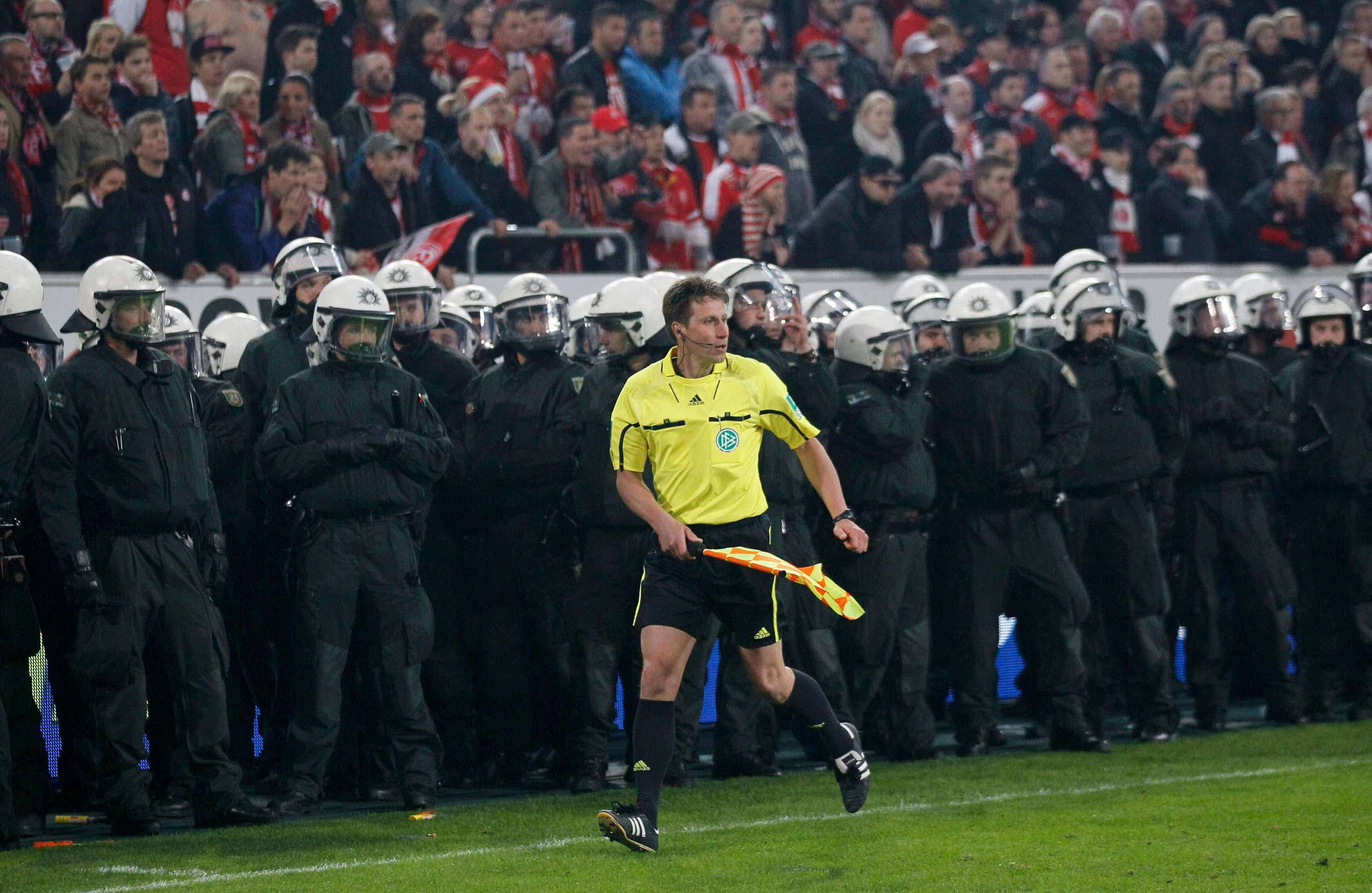 وولفونغ والتز يبدو تائها أمام رجال الأمن بمباراة فرونتا دوسلدورف وهيرتا برلين