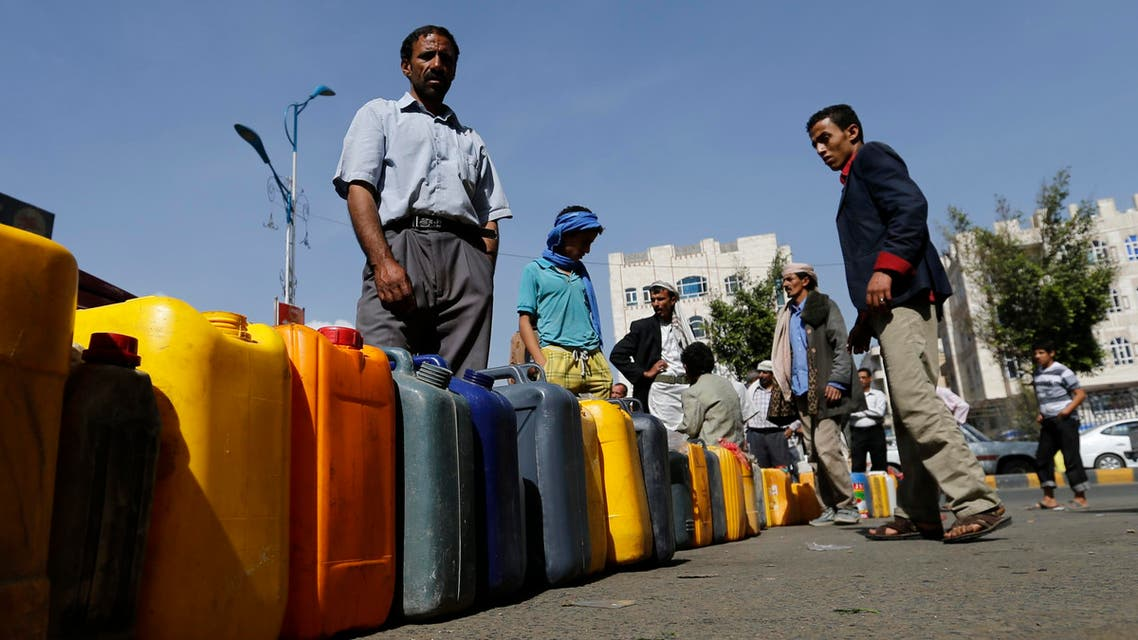 People line up in a queue with their jerry cans at a petrol station due to a fuel supply shortage in Sanaa May 12, 2014. (Reuters)