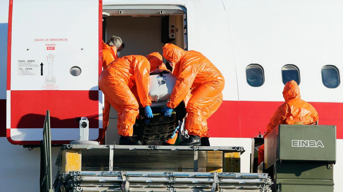 Air force personnel unload Ebola patient, Spanish priest Miguel Pajares, from an airplane at Torrejon airbase in Madrid, after he was repatriated from Liberia for treatment in Spain, August 7, 2014. (Reuters)