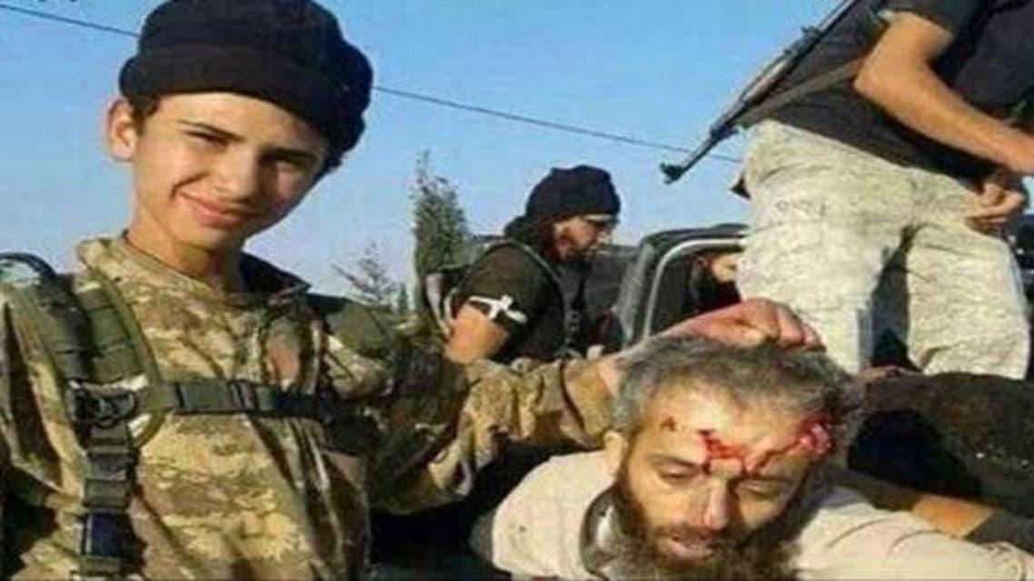 داعش يقتل القاضي الشرعي العام لصقور الشام وصبيانه يلهون برأسه