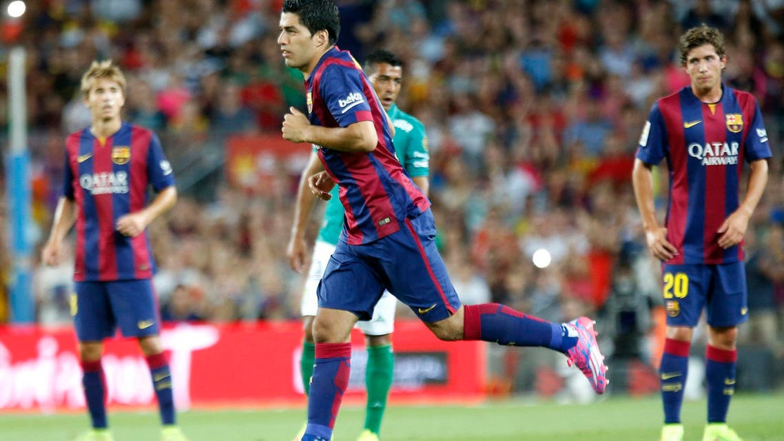 Barcelona's Luis Suarez is substituted during the Joan Gamper Trophy soccer match against Mexico's Club Leon at Nou Camp stadium in Barcelona August 18, 2014. (Reuters)