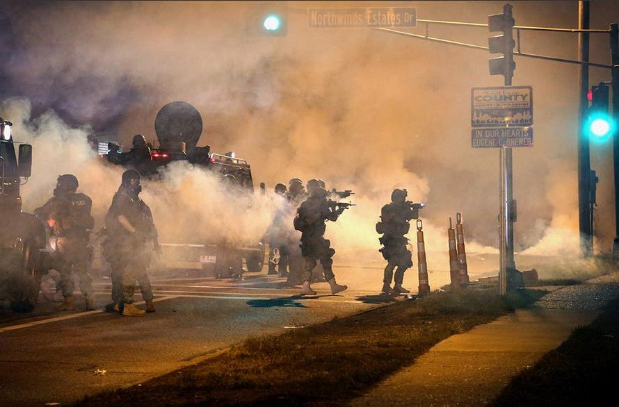 الشرطة الاميركية تقمع المتظاهرين في فيرغسون في ولاية ميسوري في اميركا