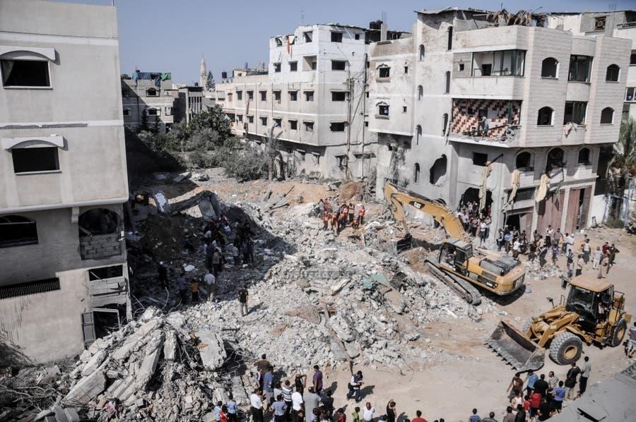 دمار في قصف اسرائيلي بصواريخ على منزل عائلة الدلو في غزة