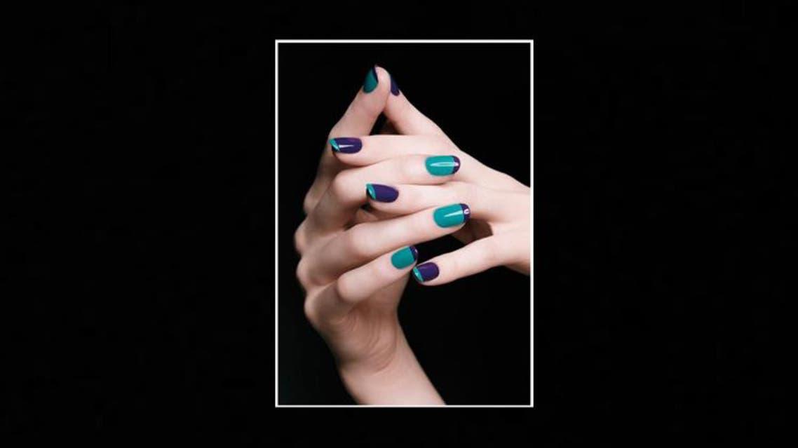 الأخضر والأزرق على الأظافر