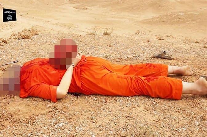 جيمس فولي، بثياب المعتقلين في غوانتنامو، سقط مذبوحا على بطنه ووضعوا رأسه المقطوع على ظهره