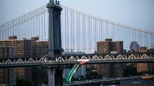 نشطاء يعلقون علماً ضخماً لفلسطين على جسر مانهاتن